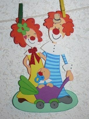 La famille clowns en promenade for Decoration fenetre carnaval