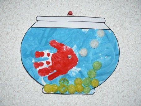 Aquarium et son petit poisson en empreinte de main - Activite manuelle avec empreinte de main ...